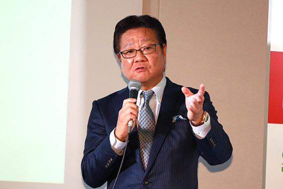 「CSS」の開発背景を説明する小松社長