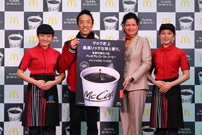(写真両端の女性クルーをはさんで左から)筧利夫さん、日本マクドナルドのサラ・L・カサノバ社長兼CEO