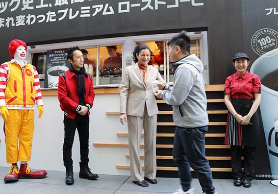 サラ・L・カサノバ社長兼CEOも自ら接客