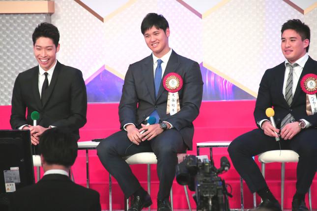 トークショー中の萩野公介選手、大谷翔平投手、ベイカー茉秋選手(2017年1月13日撮影)