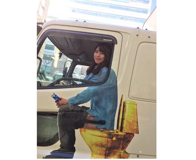 イチジク製薬のアドトラック助手席