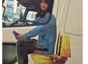 【ミスキャンパスの度胸に拍手】「浣腸トラック」、美女を乗せて東京と大阪の繁華街を走行中