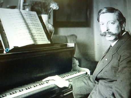 ピアノと写真に写るグラナドス