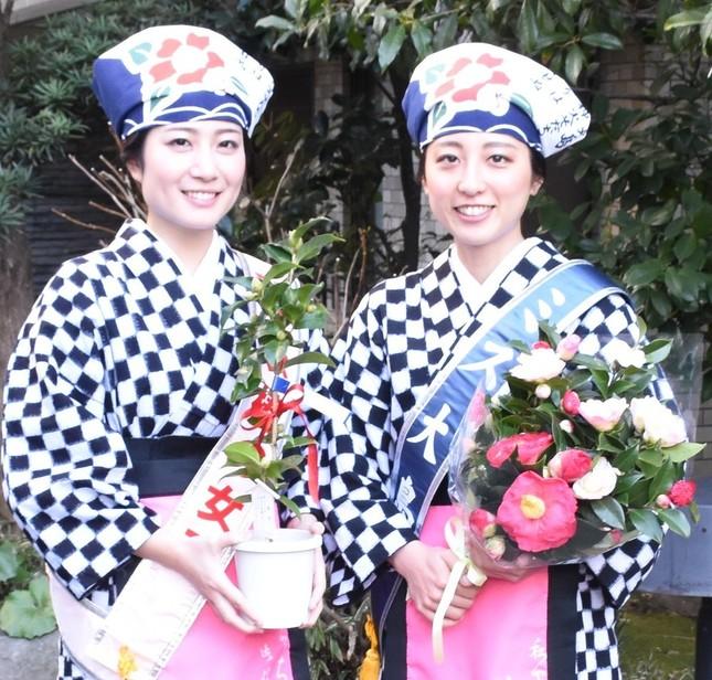 「伊豆大島椿まつり」をPRする「ミス椿の女王」の殿村舞子さん(左)と「ミス大島」の高田蛍さん