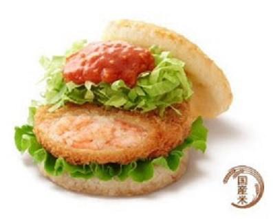ハンバーガーと同じ具材の野菜と蟹チリソースは、ライスとの相性を考えて量を調節し、バランスよく仕上げている