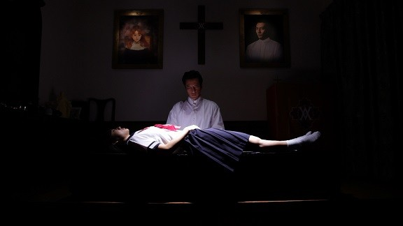 聖堂でマキガミの洗脳の儀式を受けさせられるユーリ。マキガミはセミナーを管理し、女性信者に修行と称して風俗の仕事を強制していた