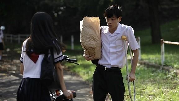子供の頃のトラウマを抱えたヒロインのユーリ(於保佐代子)は、足の不自由な同級生、ケンジ(柾木玲弥)に不思議な親しみを感じる