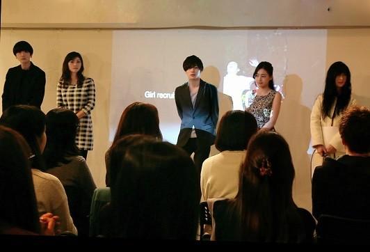 2017年1月15日、代官山で行われた「Girl recruits her God」の披露試写会の舞台挨拶。左から二見悠、原史奈、柾木玲弥、於保佐代子、桜井亜美監督