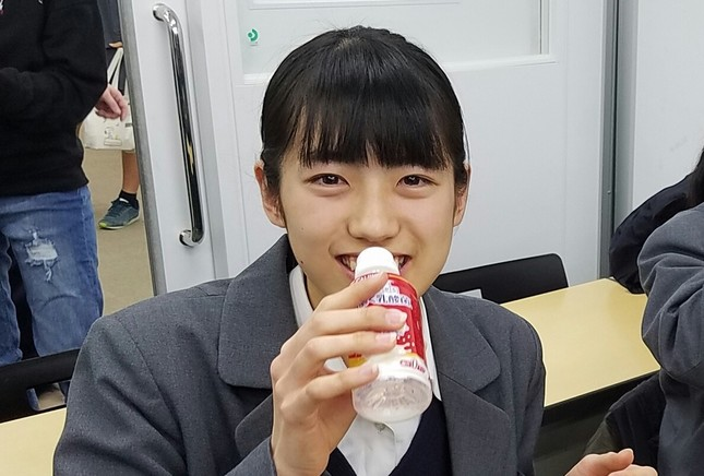 「守る働く乳酸菌」を笑顔で飲んでいる、湘南ゼミナールの生徒
