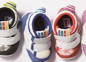 アカチャンホンポ、機能高めた85周年限定モデル靴