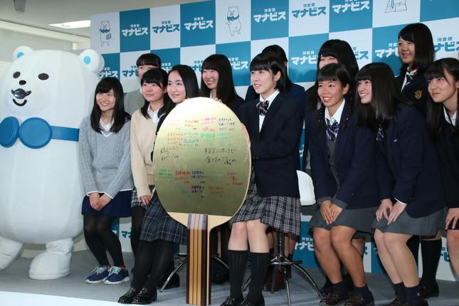 女子高生たちで記念撮影(2017年1月28日撮影)
