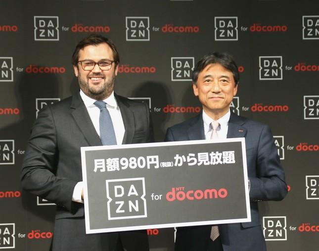 NTTドコモの吉澤和弘・代表取締役社長(右)とDAZNのジェームズ・ラシュトンCEO(2017年2月8日撮影)