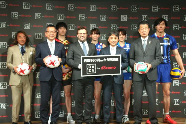 Jリーグの村井満チェアマン(右から2人目)やVリーグ機構の嶋岡健治・代表理事会長(左から2人目)、日本サッカー協会(JFA)の北澤豪理事(左端)らが特別ゲストで登場した(2017年2月8日撮影)