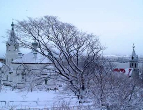 雪化粧した函館山麓の元町教会群