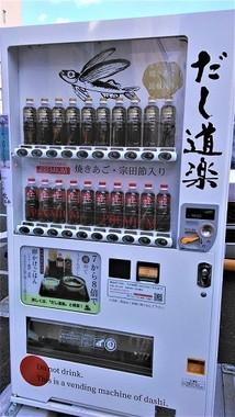 駐車場前に設置された自販機。急に遭遇したら確かにビックリかも