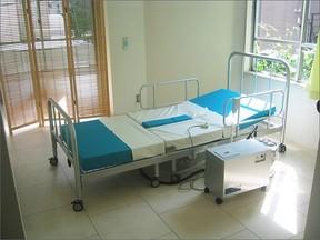 自力で排せつできるトイレ付きベッド 母親の介護経験から歯科医師が改良重ねる