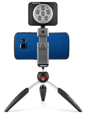 ミニ三脚や自撮り棒に装着でき、上部のアクセサリーシューにはLEDライトなどを装着できる