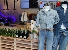 プレミアムフライデー初日、GAPデニム3900円に  服装から変えていく「働き方改革」とは