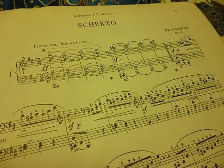 スケルツォ第1番の冒頭楽譜 激しい和音から始まる