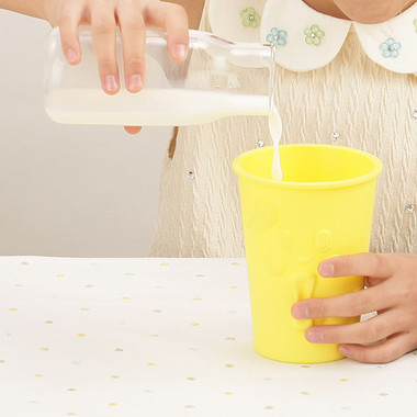 【作り方3】「もみっとシェイクン」を冷凍庫から取り出し、牛乳100ccを注ぎ約3分間もむ(C)T-ARTS
