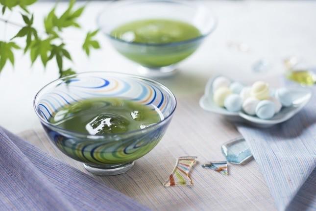 抹茶を氷水で点て、界オリジナルの遠州紬柄ガラス抹茶椀で