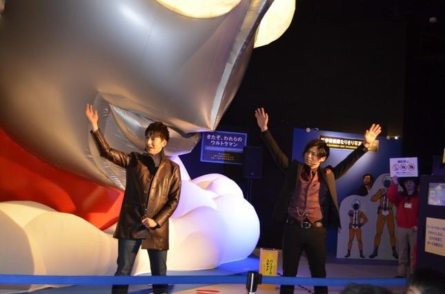 イベントのオープニングセレモニーに参加した、俳優の石黒英雄さん(写真左)と青柳尊哉さん