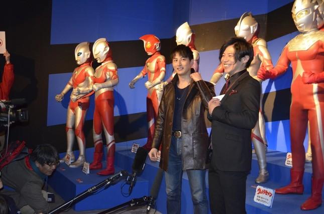 歴代ウルトラヒーローの立像の前でインタビューに応じる、ゲストの2人