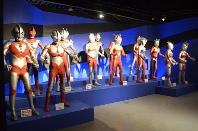 歴代ウルトラヒーローの立像が並ぶ光景は壮観