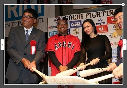 「四国アイランドリーグplus」入団を発表したラミレス選手(左から2人目)、隣はジュリアナ夫人