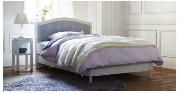 女性の睡眠環境を整えるエレガントな寝具