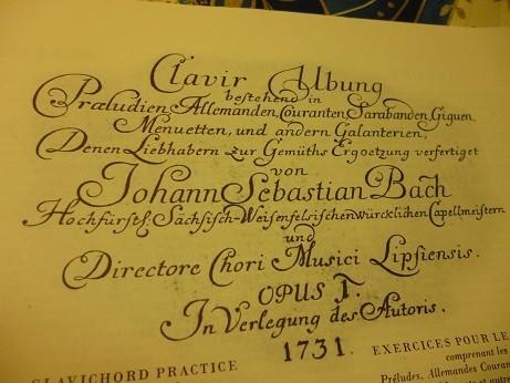 文中にもある 長い扉ページの記述 『クラヴィーア練習曲集。プレリュード、アルマンド、クーラント、サラバンド、ジーグ、メヌエット、その他の典雅な楽曲を含む。愛好人士の心の憂いを晴らし、喜びをもたらさんことを願って、ザクセン=ヴァイセンフェルス公宮廷現任楽長ならびにライプツィヒ市音楽監督ヨハン・ゼバスティアン・バッハ作曲。作品I。自家蔵版。1731年。』とある