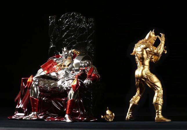 金箔よりも高価なプラチナ箔を全面に施し高貴な輝きを放つ悪魔将軍に仕上げた