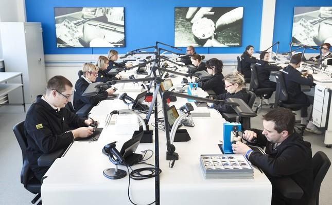 スイスの自社工房で機械式時計と同じように職人が設計、製造、組立を行う