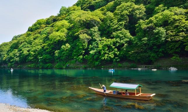 翡翠色の川で優雅な大人の舟遊び