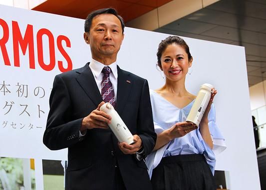 (写真左から)中條社長、モデルの畑野ひろ子さん