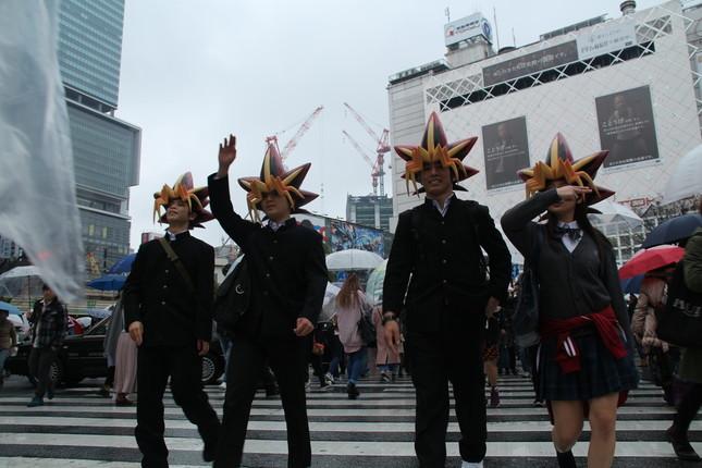 渋谷・スクランブル交差点を闊歩