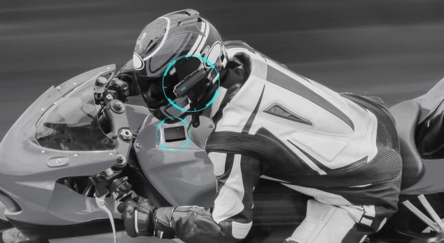 カメラをヘルメットとやゴーグルなど視点の位置に装着、センサーはバイクや車など乗り物に装着