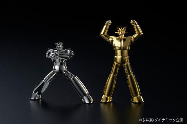 プラチナ製(左)と純金製がそろい踏み