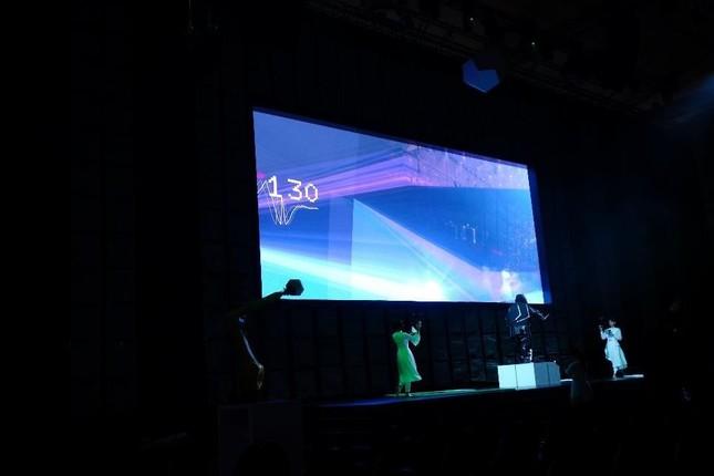 AR表現はステージ奥に設置された巨大スクリーンに表示される
