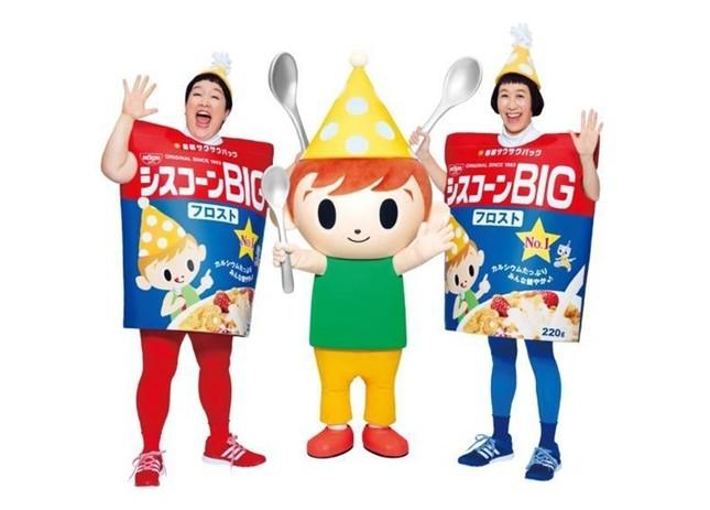 (写真左から)ポンこと平田明子さん、シスコーン坊や、ケロこと増田裕子さん