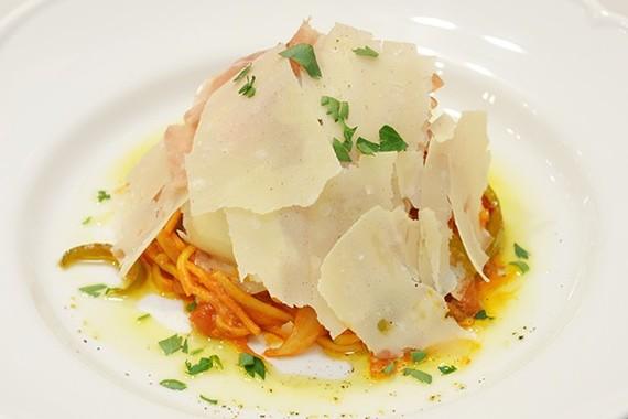 関西代表「イタリア直送!18ヶ月熟成生ハムのチーズたっぷり贅沢ナポリタン」