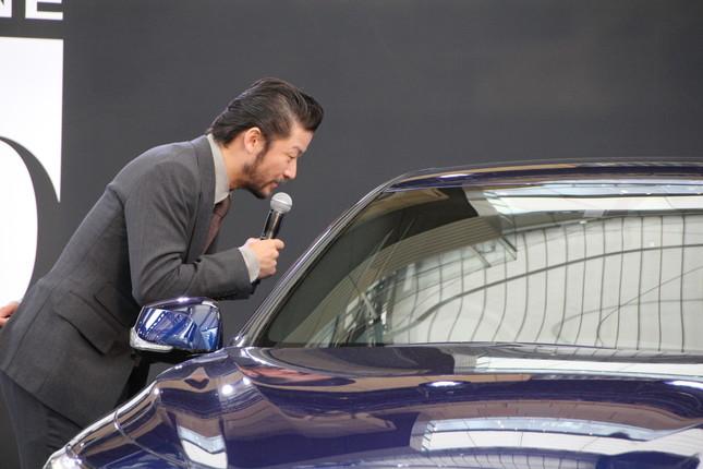 13代目SKYLINE・V37型の車内を覗きこむ浅野忠信さん