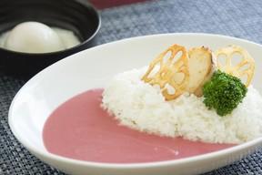 ピンク色美しい「さくらカレー」 苗場プリンスホテルでGW限定発売