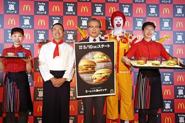 (クルーをはさんで左から)日本マクドナルドのメニューマネジメント部・若菜重昭上席部長、本田博太郎さん、ドナルド