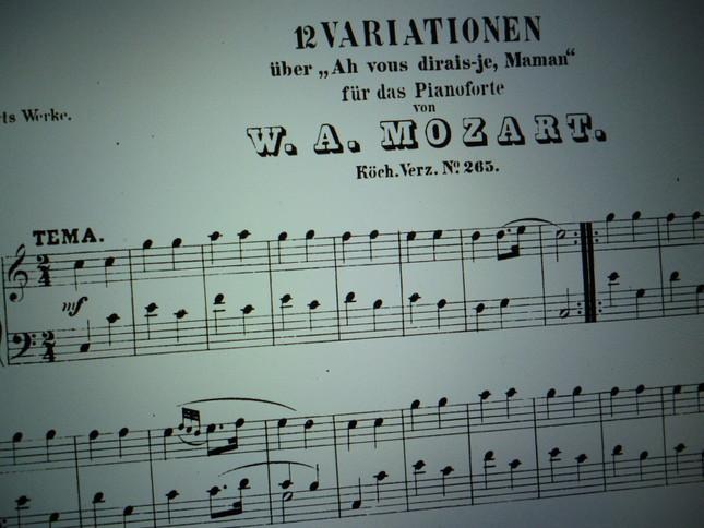 印刷された出版譜、外国では正式題名「ああ、ママ、お話したいの」の主題による変奏曲と書かれている