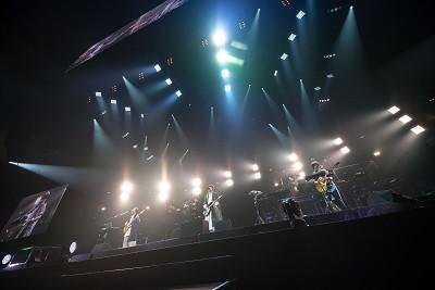 武道館でのRADWIMPSのステージ(2017年5月10日、撮影・八尾 武志)