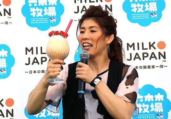 「最強カワイイミルク」のボリュームに驚く吉田さん
