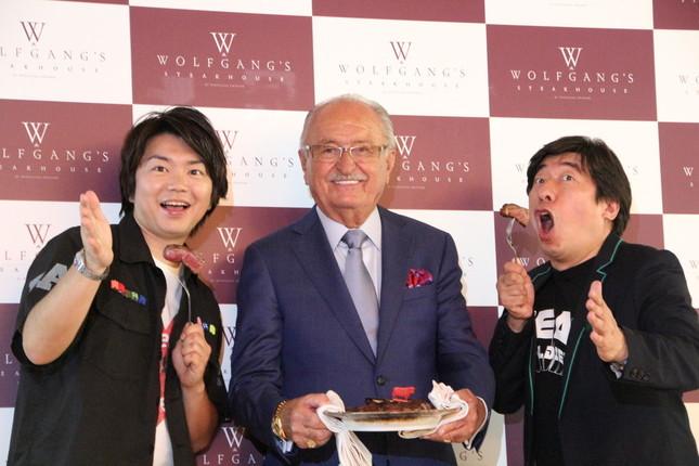 (左から)田辺さん、創業者のウルフギャング・ズウィナー氏、寺門さん