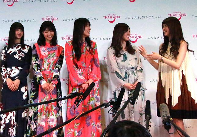 囲み取材で報道陣の質問に答える松村さん