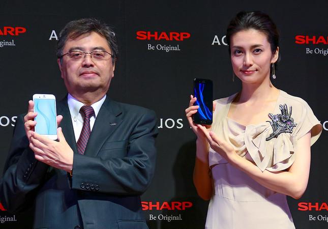 写真左はシャープの長谷川祥典IoT通信事業本部長